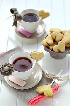 """I biscotti da tazza sono un'idea simpatica per """"addolcire"""" l'ora del tè o della colazione non solo a San Valentinoma tutto l'anno. Sono carini anche in versione salata per accompagnare le zuppe e le vellutate con un tocco romantico. Volevo comprare la formina apposita per realizzarli, ma il prez"""