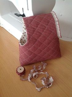 Sewing Moments: Tutorial bags to keep crochet Sewing Hacks, Sewing Tutorials, Sewing Crafts, Sewing Projects, Quilting For Beginners, Fabric Bags, Knitted Bags, Pouch Bag, Bag Making