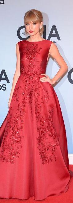 Taylor Swift: Dress – Elie Saab  Shoes – Jimmy Choo  Jewelry – Lorraine Schwartz