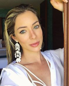 White Lovers  Os brincos statements @lokalwear escolha perfeita da minha Fhits power blonde @helena_lunardelli para o fim de semana! Amei!  #FhitsTeam #FhitsTips