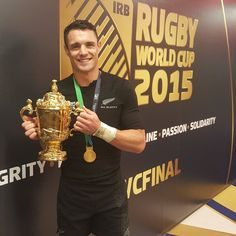Rugby World Cup 2015 Champion and Man of the Match, New Zealand's Dan Carter, holds the Web Ellis Cup Rugby 7's, All Blacks Rugby Team, Rugby Union Teams, Nz All Blacks, Rugby League, Rugby Players, Dan Carter, World Cup Champions, Super Rugby