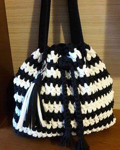 Quem não ama preto e branco?  Essa é minha!  #crochet #croche #fiodemalha #trapillo #crochetlover #trapilho #bolsadecroche #bolsadefiodemalha #pretoebranco #listras #tshirtyarn #blackandwhite #crochetbag