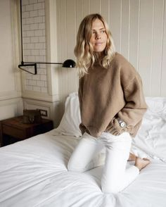 Fawn sweater and white jeans - casual chic Fall Winter Outfits, Autumn Winter Fashion, Look Fashion, Womens Fashion, Fashion Tips, Jeans Fashion, Petite Fashion, Korean Fashion, Fashion Beauty