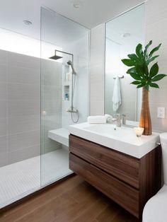 petite salle de bain avec meuble vasque en bois