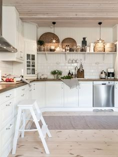 Home Interior Styles decordemon: Beautiful country house in Sweden in natural tones Restaurant Interior Design, Home Interior, Kitchen Interior, Kitchen Decor, Cottage Kitchens, Home Kitchens, Farmhouse Kitchens, Sweden House, Scandinavian Kitchen
