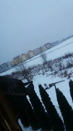 Widok z balkonu w zimowy wieczór.