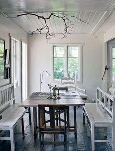 Væggen mellem stuerne er nu revet ned, så stuen er blevet ét stort rum i sammenhæng med køkkenet. I hjørnet er der placeret en ny havedør, som fører ud til træterrassen. Spiseafdelingen er placeret i forlængelse af køkkenet. Alle møblerne er fundet rundtomkring hos marskandisere og i antikbutikker i nærheden. Over bordet hænger en kroget gren, som med et par halogenspots fungerer som lysekrone.