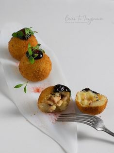 Bombas de patata rellenas de pulpo con alioli de ajo negro Appetizer Salads, Appetizers For Party, Appetizer Recipes, Food Plating Techniques, My Favorite Food, Favorite Recipes, Tapas Menu, Food Decoration, Cold Meals