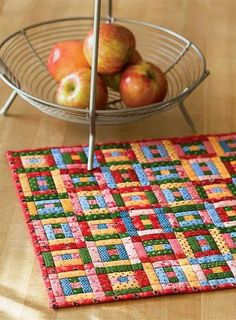 This mini quilt pattern, featuring 36 tiny Courthouse Steps quilt blocks, uses strips of vintage prints. Adorable in any small print, these quilt blocks make a sweet little doll quilt or table centerpiece. we love small quilts! Scrappy Quilts, Easy Quilts, Mini Quilts, Patchwork Quilting, Small Quilt Projects, Quilting Projects, Quilting Designs, Puzzle Quilt, Quilt Blocks
