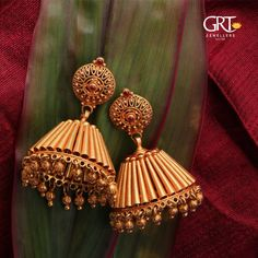 Get stunned by this ageless Jhumka crafted in a unique way to attract everyone with its classic traditional touch which never goes out of gmsApproximate Amount: Rs. Gold Jhumka Earrings, Jewelry Design Earrings, Gold Earrings Designs, Gold Jewellery Design, Antique Earrings, Jhumka Designs, Gold Designs, Ear Jewelry, Silver Jewellery