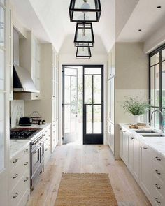 One of my favorite exterior whites is @benjaminmoore simply white, not sure what this one is, but looks very similar. Love it. ❤️❤️ Also just posted a new post up on Beckiowens.com. Have a great night. Image via @homebunch - Google Search