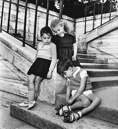 Robert Doisneau // Enfants dans l'escalier B/W Photo Colourised by Pearse Robert Doisneau, Henri Cartier Bresson, White Photography, Street Photography, Portrait Photography, Anjou Velo Vintage, Man Ray, Black White Photos, Black And White