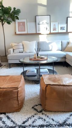 Decor Home Living Room, Living Room Modern, Living Room Sofa, Interior Design Living Room, Transitional Living Rooms, Minimal Living Rooms, Cream Leather Sofa Living Room, Living Room Ottoman Ideas, Living Room Decor With Grey Couch