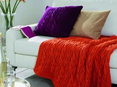 Wir machen es uns jetzt auf dem Sofa bequem - am liebsten mit unserem selbst gestrickten Kissen und Plaid. Damit ist es gleich doppelt so