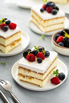 Lemon Icebox Cake combines pudding, graham crackers, and lemon curd to create a delicious and bright no-bake dessert. Lemon Desserts, Homemade Desserts, Homemade Cakes, No Bake Desserts, Just Desserts, Lemon Recipes, Mini Desserts, Lemon Icebox Cake, Icebox Cake Recipes