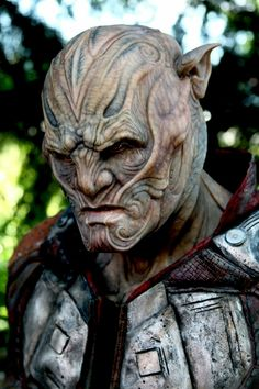 Special effects make-up artist Joel Harlow takes us behind-the-scenes of 'Star Trek Beyond' and provides an in-depth look at creating new alien races. Makeup Fx, Alien Makeup, Movie Makeup, Scary Makeup, Zombie Halloween Makeup, Scary Halloween Costumes, Halloween Face, Alien Creatures, Fantasy Creatures