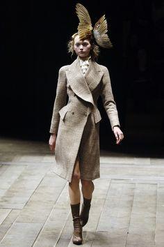 Alexander McQueen : fall/winter 2006 ready-to-wear, look 2 #alexandermcqueen2008