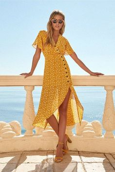 After-Bloom Delight – Goldenes, gelbes Midikleid mit Blumendruck. After-Bloom Delight – Golden, yellow midi dress with floral print. Yellow Midi Dress, Yellow Dress Summer, Summer Dress Outfits, Floral Midi Dress, Summer Dresses For Women, Dresses For Teens, Casual Dresses, Cute Outfits, Maxi Dresses