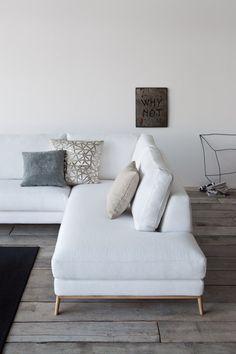 Пример использования ламината серого цвета в интерьере в скандинавском стиле. Дизайн данного интерьера основан на игре контрастов: Белые стены и мебель, темный ковер