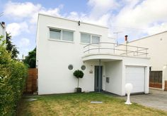 On the market: Three-bedroom art deco property in Frinton-On-Sea, Essex - WowHaus Bauhaus, Art Deco Stil, Art Deco Home, Art Nouveau, Streamline Moderne, Art Deco Buildings, Building Art, Art Deco Period, Bedroom Art