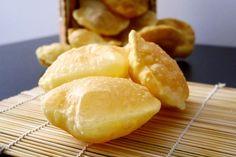 Poori - pane indiano frittoPoori – pane indiano fritto Ingredienti per circa 40 mini poori:  250 gr di farina manitoba 250 gr di semola rimacinata 2 cucchiai di ghee (o burro fuso) 1 cucchiaio di sale Acqua q.b. Olio EVO Olio di semi per friggere