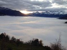 Ein Teppich aus dichten Wolken hat sich über das Tal gelegt.