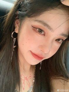 Aesthetic Hair, Bad Girl Aesthetic, Aesthetic Makeup, Aesthetic Vintage, Nose Makeup, Edgy Makeup, Asian Makeup, Pretty Korean Girls, Cute Korean Girl