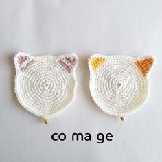 手編みの猫のコースターです。2枚ひと組で発送致します^^お気に入りのマグカップをのせてティータイムのおともにいかがでしょうか?こちらのねこの毛糸の太さは少し細...|ハンドメイド、手作り、手仕事品の通販・販売・購入ならCreema。
