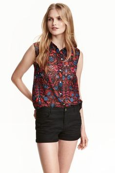 Sleeveless chiffon blouse: Sleeveless blouse in chiffon with a collar and buttons down the front. Slightly longer at the back.