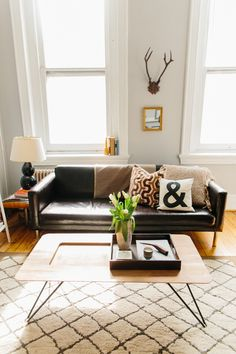 Caitlin Creative Home Tour - Table basse + tapis Home Living Room, Apartment Living, Living Room Decor, Living Spaces, Black Couches, Black Leather Sofa Living Room, Black Couch Decor, Black Sofa, Leather Lounge