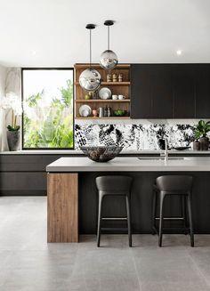 Voici la crédence Silhouettes, elle vous permettra d'apporter l'ère du numérique dans votre cuisine, vous pouvez en personnaliser les couleurs rajouter des éléments, des noms, des marques, ou tout ce qui vous passe par la tête. Votre panneau une fois personnalisé sera imprimé sur aluminium Dibond® et envoyé chez vous ! Le panneau peut bien entendu être décliné sur tous les formats possibles et imaginables ;-) #backsplash Modern Kichen, Modern Kitchen Island, Modern Kitchen Designs, Closed Kitchen Design, Open Shelving In Kitchen, Modern White Kitchens, Kitchen Display Cabinet, Open Shelves, Simple Kitchen Design
