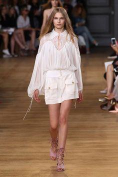Un vestido blanco y sandalias muy cómodas con un maquillaje ligero y cabellera suelta.