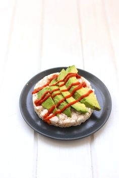 Avocado and Sriracha Rice Cakes + A round-up of healthy dorm room snack ideas that don't require any equipment and can be made with 5 ingredients of less. Perfect for any health-conscious college student with limited space and budget!