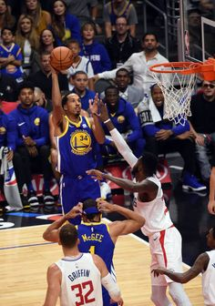 Golden State Warriors Guard Shaun Livingston goes up for a shot during an NBA game between the Golden State Warriors and the Los Angeles Clippers on...