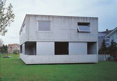 Gantenbein House by Peter Märkli, 1995 Minimal Architecture, Space Architecture, Arch Interior, Interior And Exterior, Concrete Building, Small Buildings, Facade House, Cozy House, Minimalism