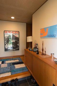 玄関に飾られているミッドセンチュリーのスイスデザインのポスター。多くのコレクションをお持ちだそう。