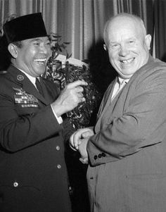 Sukarno y Nikita Khrushchev. Make Money Photography, Socialist Realism, Greatest Presidents, Rare Images, Great Leaders, Historical Pictures, Founding Fathers, Soviet Union, Popular Culture