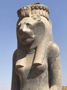 Colosal estatua de SEKHMET representada con cabeza de leona. Diosa de La Guerra. Patrona de los médicos y sanadores egipcios. Ubicada en el Templo de la diosa MUT en el extenso complejo de Karnak en la antigua Tebas. Fue construido por Amenhotep III importante faraón de la Dinastía XVIII del Imperio Nuevo. Reinado 1390 a 1353 a.C.