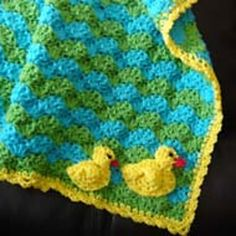 Fascinate a little one with this fun baby blanket. This Duck Baby Blanket and Applique is a simple and easy beginner crochet pattern that you can make for a cute little one. Have you noticed how kids seem to like duck toys? Do you remember the floating ducks? For some reason they all seem to …