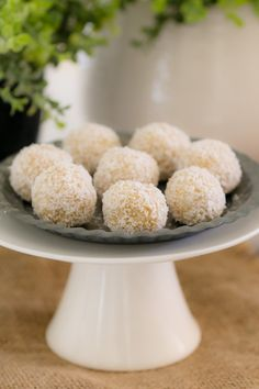 These healthy Lemon & Coconut Bliss Balls take just 10 minutes to prepare, use only 4 ingredients, are freezer-friendly and taste AMAZING! It doesn't get any better than that! Want a healthy bliss ball recipe Lunch Box Recipes, Healthy Dessert Recipes, Fun Desserts, Baking Recipes, Delicious Desserts, Yummy Food, Healthy Snacks, Healthy Eating, Protein Snacks