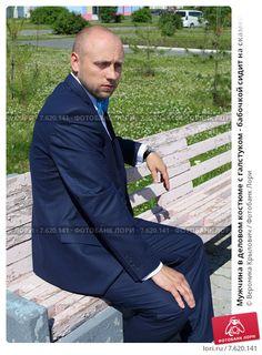 Мужчина в деловом костюме с галстуком - бабочкой сидит на скамейке, эксклюзивное фото № 7620141, снято 28 июня 2015 г. (c) Вероника / Фотобанк Лори