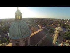 Un drone sorvola la città di Ravenna.