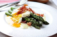 Zielone szparagi z jajkiem w koszulce, szynką i parmezanem Asparagus, Paleo, Ethnic Recipes, Food, Meals, Paleo Food