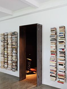 Floating bookshelves for your house floating bookshelves next to door IXARMRA Home Interior, Interior Architecture, Interior And Exterior, Interior Ideas, Invisible Bookshelf, Floating Bookshelves, Book Shelves, Book Storage, Vertical Bookshelf