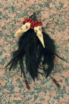 45$ Серьги Ворона в венке из роз. Коллекция Фрида/14 Материалы: Итальянская кожа, деревянные бусины, хлопок. Полимерная глина, обожжена в печи. Изготовлено вручную. Real Feather, Leather and Polymer Clay Crow Skull jewelry earings. Italian leather roses, wood beads, metal.
