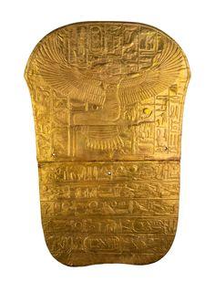 Nubia · El tesoro áureo de Tutankhamón  Bajo estas líneas se muestra el pie de uno de los ataúdes del faraón Tutankhamón, en oro, que está decorado con una diosa Isis que extiende sus alas y aparece arrodillada sobre el símbolo del oro. Museo Egipcio, El Cairo.