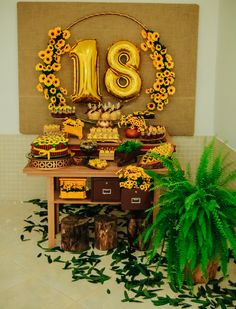 Mesa simples para festa tema girassol com mesa de madeira e flor de samambaia Sunflower Birthday Parties, Sunflower Party, Yellow Birthday, 18th Birthday Party, Birthday Dinners, Balloon Decorations, Birthday Party Decorations, Party Themes, Yellow Party Decorations