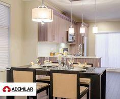 A integração da cozinha com a sala é cada vez mais comum. Derrubar as paredes aumenta o espaço de convivência e proporciona mais luminosidade e amplitude à cozinha. Para garantir que o projeto de cozinha americana – como também é chamada – funcione, é essencial manter o espaço organizado e caprichar na decoração.