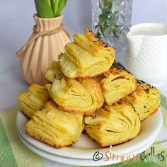Pateuri cu branza din foietaj facut acasa Mimosa Salad, Mushroom Soup, Coco, Camembert Cheese, Creme, Stuffed Mushrooms, Snack Recipes, Chips, Sweets