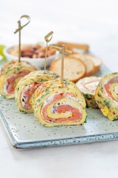 Herbal omelette rolls with salmon + winner of the Boursin promotion! Lunch Recipes, Low Carb Recipes, Healthy Recipes, Omelette, Party Food Platters, Brunch, Snacks Für Party, High Tea, Easy Cooking